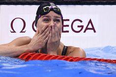 Pernille Blume kan ikke forstå det. Den danske svømmer græder af glæde over karrierens største præstation. Hun er nu olympisk mester i svømmedisciplinen 50 meter fri. Se de fantastiske billeder fra Pernille Blumes triumf. #Pernille_Blume #Ol_Rio_2016