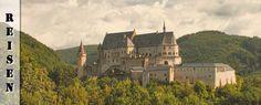 """Wir fuhren zum Schloss Vianden und erkundeten ausführlich das beeindruckende Gemäuer. Anschließend ging es weiter nach Munshausen und Clervaux, wo wir uns unter anderem die Fotoausstellung """"The Family on Man"""" ansahen und zur Abtei Saint-Maurice von Clervaux aufstiegen. In Esch-Sauer schließlich erklommen wir den Pfad zurBurg Esch-sur-Sûre bevor ein heftiges Unwetter unseren Ausflug"""