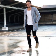 Max cardigan com camiseta básica e jeans escuro rasgado.
