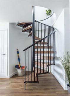 Hlavní spojnicí je černě lakované kovové točité schodiště s dřevěnými stupnicemi. Vstupuje se na něj přímo z haly obývacího pokoje.
