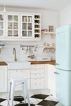 So cute white smeg fridge in country style kitchen. So beautiful red smeg fridge in white kitchen. So cute black fridge in black kitchen. Country Kitchen, New Kitchen, Vintage Kitchen, Kitchen White, Vintage Fridge, Retro Fridge, Kitchen Modern, Nordic Kitchen, Neutral Kitchen