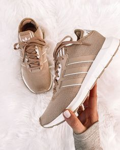 Beige Sneakers, Sneakers Fashion, Winter Sneakers, Summer Sneakers, Sneaker Outfits Women, Fashion Jackson, Athleisure Outfits, Casual Shoes, Feminine Fashion