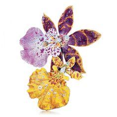 Tiffany & Co. -  Spilla Orchidea : Queste orchidee sembrano vere e ricordano i leggendari gioielli Tiffany presentati all'Esposizione Universale di Parigi del 1889. Spilla in oro 18k e smalto con diamanti taglio brillante e a goccia. Peso complessivo in carati: diamanti, 0.45.