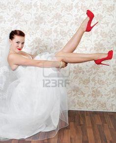 Portrait de la mariée belle jeune dans les chaussures rouges Banque d'images