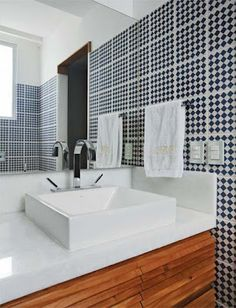 ladrilho hidráulico geométrico em banheiros