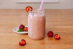 100 g jahôd 1 biely jogurt (150 ml)alebo 1 tvaroh (100 g) 1 polievková lyžicapanenského ľanového oleja 1 polieková lyžicamletého odtučneného ľanu 200 ml horúcej vody