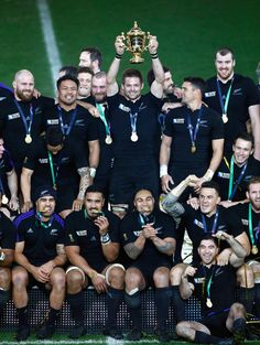 Richie McCaw of New Zealand lifts the trophy after the 2015 Rugby World Cup Final match between New Zealand and Australia at Twickenham Stadium on October 2015 in London, United Kingdom. All Blacks Rugby Team, Nz All Blacks, Rugby Sport, Rugby League, Rugby Players, Haka New Zealand, Rugby Cup, Richie Mccaw, Dan Carter