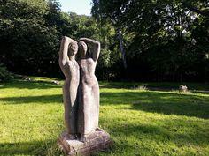 """#Kiel Zwei Freundinnen stehen barfuss in langen Kleidern nebeneinander, halten sich an einer Hand fest und genießen offenbar die wärmenden Sonnenstrahlen. Die Skulptur """"Tine und Stine"""" stand viele Jahre ..."""