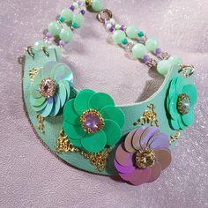 Girocollo con pelle e cristalli. www.collezionetrizia.it Beaded Jewelry, Charmed, Milano, Bracelets, Vogue, Fashion, Diy Kid Jewelry, Spring, Moda