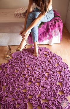 Trapillo carpet made up signs shaped flowers, sewn together by hand. As it is only on request, it is possible to choose the colors (max 3) and size. The prices for each size are:  0.70 meters... €57 1 meter... €76 1.20 meters... €89 1.50 meters... €122   Can be washed by hand or machine :)