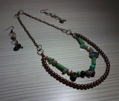 Juego de collar y aretes en cobre, perlas, piedras y cerámica