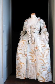 La robe de Madame de Pompadour, by Isabelle de Boarchgrave Madame de Pompadour paper dress. Dress created in September 2001 inspired by a painting by Maurice Quentin de la Tour Dimensions : 85 cm x 65 cm x 165 cm. 18th Century Dress, 18th Century Costume, 18th Century Fashion, Paper Fashion, Fashion Art, Dress Fashion, Historical Costume, Historical Clothing, Paper Clothes