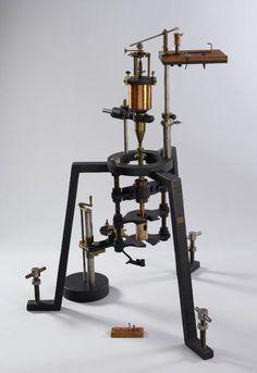 L'appareil d'étude pour la synthèse du rubis de Vauquelin , Musée des arts et métiers, CNAM, Paris.  Ce curieux appareil a été conçu en 1891 par le chimiste Auguste Verneuil (1856-1913).