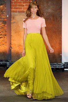 Christian Siriano »  Spring 2012 RTW » This surprised me. Christian Siriano? Wow. Simple and understated chic.