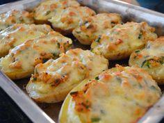 Aprenda a fazer Batatas recheadas com frango gratinadas de maneira fácil e económica. As melhores receitas estão aqui, entre e aprenda a cozinhar como um verdadeiro chef.
