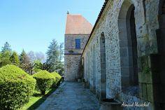 La maison coupée en deux.  #evauxlesbains #creuse #limousin #nouvelleaquitaine #urbex #arbre #tree #vert green #ilovecreuse #eglise #church #pierre #stone