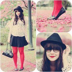 Look divertido com blusa branca estampada com óculos saia plissada preta meia calça vemelha slippers com gliter e chapéu preto