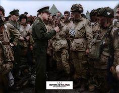 """Zdjęcie wykonane w przeddzień inwazji w Normandii. Gen. Dwight """"Ike"""" Eisenhower rozmawiający ze spadochroniarzami 502. Pułku Piechoty Spadochronowej, 101. Dywizji Powietrznodesantowej, 5 czerwca 1944 roku przed wejściem do samolotów na lotnisku w Greenham Common, Anglia."""