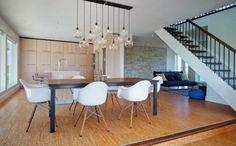 suspension ampoule design en 10 boules lumineuses et chaises design Eames