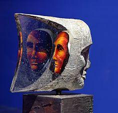 Bertil Vallien (s.1938) Rootsi klaasikunstnik, kes töötab Kosta Boda klaasitehases.Tema süda kuulub liivavaluskulptuuridele, mis on temast teinud ka maailmakuulsa klaasikunstniku.Kõige enam on tal selles tehnikas käsitlemist leidnud pea figuurid.  Janus XI -