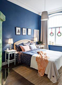 Makuuhuoneeseen tuodaan jouluista tunnelmaa vuodevaatteilla. Markon lemppari on Gant, jonka talven mallistosta kaikki vuodetekstiilit ovat. Sängynpäädyn Marko teki itse.