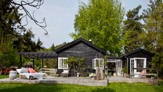 Det hyggelige sommerhus i Nordsjælland samler familien Kjeldsen i flere generationer. Det fælles sommerhus er ejet af Tine og Jacob, der driver interiørfirmaet Tine K Home, og Tines mor Karen, der har livsstilsbutikken I Rosens Navn, så her er styr på stilen – både ude og inde, hvor naturen og det nordiske er nøgleordene.