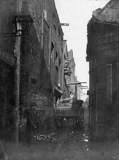 An alley in Lambeth, c 1870 Victorian Street, Victorian London, Vintage London, Old London, London City, Victorian Era, London Pictures, London Photos, Old Pictures