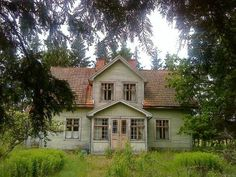 Abandoned house in Sweden. Anna archipelago and the man who lived there died recently and had no heirs, and therefore it is now managed by the municipality. Abandoned Buildings, Abandoned Mansions, Old Buildings, Abandoned Places, This Old House, My House, Sweden House, Old Farm Houses, Victorian Homes
