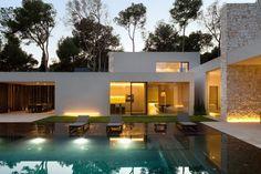 Moderne, witte bungalow met zwembad in de bossen