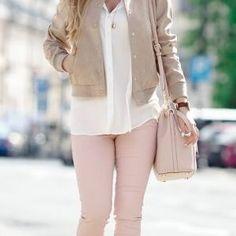 Розовые обтягивающие брюки с белой рубашкой