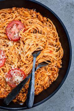 Spaghetti w sosie ze świeżych pomidorów (6 składników) Eat Me Drink Me, Food And Drink, Spaghetti, Pasta Recipes, Food Inspiration, Macaroni And Cheese, Vegetarian Recipes, Clean Eating, Dinner