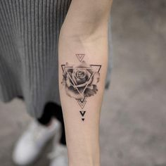somebody should definitely get a pizza slice design in a triangle Burakkumanba - Tatuering Dreieckiges Tattoos, Mini Tattoos, Forearm Tattoos, Flower Tattoos, Body Art Tattoos, Small Tattoos, Sleeve Tattoos, Tatoos, Piercings