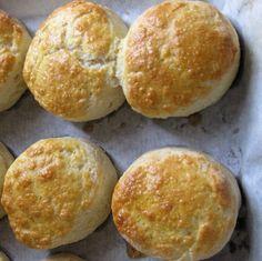 Os Scones são sempre maravilhosos! São óptimos para acompanhar um bom lanche, e são extremamente rápidos de se fazer. Eles são aquilo a que podemos chamar de pão/bolo. Os Scones … Gluten Free Recipes, Bread Recipes, Healthy Recipes, Croissants, Granola, Dinner Rolls Recipe, Whoopie Pies, Canapes, Afternoon Tea