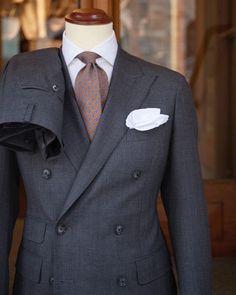 https://vestirseporlospies.es/traje-cruzado-gris-medio/