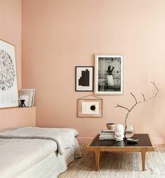 salon de couleur rose saumon pour les murs dans le salon, canapé beige et petite table basse en bois
