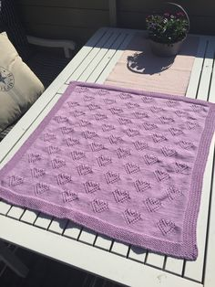 Babyteppe med hjerter – Oppskrift – StrikkIngrid Crochet Stitches, Crochet Pattern, Free Pattern, Knit Crochet, Knitting For Kids, Loom Knitting, Yarn Crafts, Diy And Crafts, Picnic Blanket