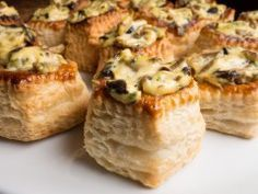 Vol au vent Hühnchen Vol Au Vent, Feijoada Recipe, Beef Recipes, Cooking Recipes, Cake Factory, Appetisers, Baguette, Cooking Time, Finger Foods