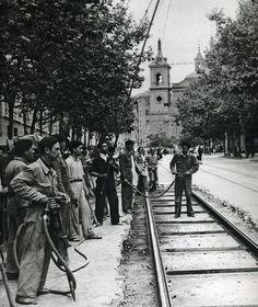1950. Imagen de un grupo de obreros de vías y obras reparando un tramo de vía.