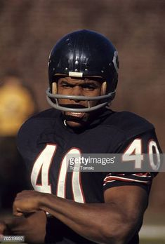 Gale Sayers in Chicago Bears uniform. Get premium, high resolution news photos at Getty Images Titans Football, Nfl Football Players, Bears Football, Football Memes, School Football, Nebraska Football, School Sports, Football Cards, Baseball Cards