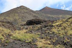 Mount Etna - Vous pourrez vous rapprocher des cratères en prenant le téléphérique (30€ supplémentaires) puis le service de 4x4 (60€ supplémentaires). Nous n'avons pas pris ces options mais cela ne nous a pas empêché de marcher dans les coulées de lave de 2001, 2002 et 2012 ! En bref, à faire, même avec des enfants !