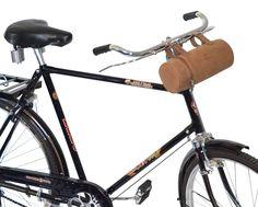 Die praktische Fahrradtasche 'Alexander W.' überzeugt durch ihre schlichte Eleganz und hohe Individualität. Für die kleine Fahrradtour bietet sie Dir Platz für Flickzeug, Regenschirm, Wasserflasche, Ersatzschlauch und für das, was Du sonst noch benötigst. Gusti Leder - 2G19-22-5