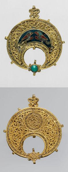 Egypt | Islamic crescent-shaped pendant; gold,  cloisonné enamel, turquoise | ca. 11th century