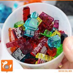 LEGO... COMMESTIBILI Procuratevi, stampi, sciroppo, gelatina e seguite il tutorial... otterrete golosissime caramelle a forma di omini e mattoncini, perfette per giocare e tanto buone da gustare! Guardate qua...