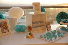 Table decorations - a box full of gifts for the guests, Macaroons and Cupcakes