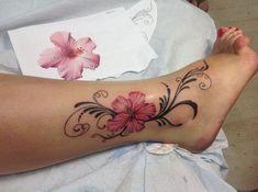 tattoo blumenranke, tätowierung mit hibiskus motiv am bein, tattoos für frauen
