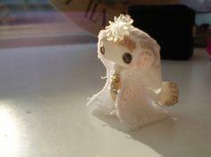 真っ白な木綿のローブが素朴で可愛い天使さんです。身長:約3.5センチお人形のベースは軽量粘土で作成し、アクリル樹脂で塗装してあります。目はスモーキークウォーツ...|ハンドメイド、手作り、手仕事品の通販・販売・購入ならCreema。