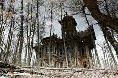 An Abandoned house in the woods ~ Russia So creepy ! Abandoned Buildings, Abandoned Mansions, Old Buildings, Abandoned Places, Creepy Houses, Spooky House, Haunted Houses, Haunted Mansion, Halloween House