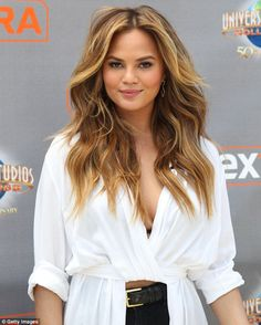 Long loose waves on Chrissy Teigen. Ready for a change this summer? Try one of the season's 10 hottest haircuts. Hot Haircuts, Celebrity Haircuts, Summer Haircuts, Summer Hairstyles, Pretty Hairstyles, Hairstyle Short, Hot Hair Styles, Hair Styles 2016, Medium Hair Styles