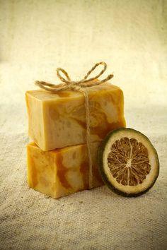 Domácí mýdlo vás uchvátí tím jak vypadá, i svojí vůní. Pineapple, Fruit, Diy, Food, Face, Chemistry, Pinecone, Bricolage, Eten