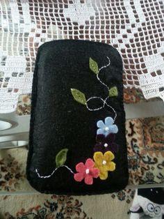 Telefon kılıfı Ornament Crafts, Felt Ornaments, Felt Phone Cases, Felt Keyring, Fabric Envelope, Felt Gifts, Felt Embroidery, Felt Brooch, Handmade Handbags